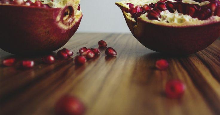 IL MELOGRANO CURA LE PATOLOGIE CARDIOVASCOLARI I medicinali per la nostra salute? Li possiamo trovare nelle nostre cucine, nei nostri orti o sugli alberi da frutto. Come il melograno che, secondo i ricercatori, potrebbe aiutarci prevenire le malattie cardiovascolari. https://goo.gl/B1K5hi