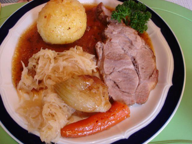 Das perfekte Bayerischer Schweinebraten mit Knödel und Sauerkraut-Rezept mit einfacher Schritt-für-Schritt-Anleitung: Beim Kauf des Schweinenackens den…