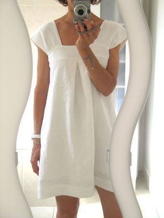 Around the house dress/robe. I'm pinning this even though it links to a french-language blog that I cannot read. I'm hoping I can figure out how to make this.