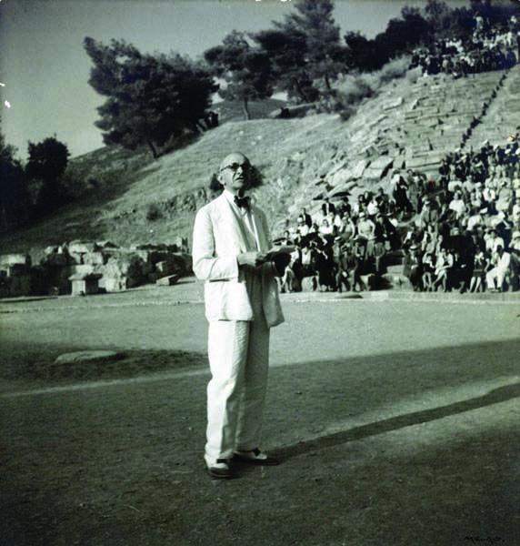 Αρχαίο Θέατρο Επιδαύρου.11 Σεπτεμβρίου 1938. Ο Μίλτος Γ.Λιδωρίκης προλογίζει, με μία εισήγησή του για το Αρχαίο Θέατρο, την πρώτη παράσταση τραγωδίας, μετά από αιώνες σιωπής.