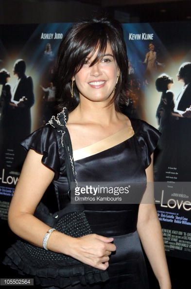 News Photo : Phoebe Cates during 'De-Lovely' New York Premiere...