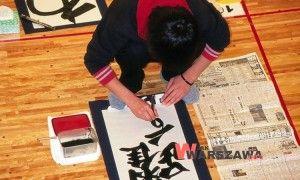 Sztuka pięknego ręcznego pisania, choć wielu z nas na co dzień z niej nie korzysta, warta jest pielęgnowania. Ćwiczenie kaligrafii pomaga poprawić koncentrację i zbudować wewnętrzną dyscyplinę, a jednocześnie jest świetną kreatywną zabawą dla wszystkich w każdym wieku.