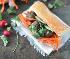 Dit recept voor Vietnamese Banh mi is met gehaktballetjes een groenten. Een stokbroodje met heerlijk gekruide gehaktballetjes, ingelegde radijs en wortel, verse koriander, komkommer en een lekker sausje. Makkelijk om te maken en waanzinnig lekker, aanrader!