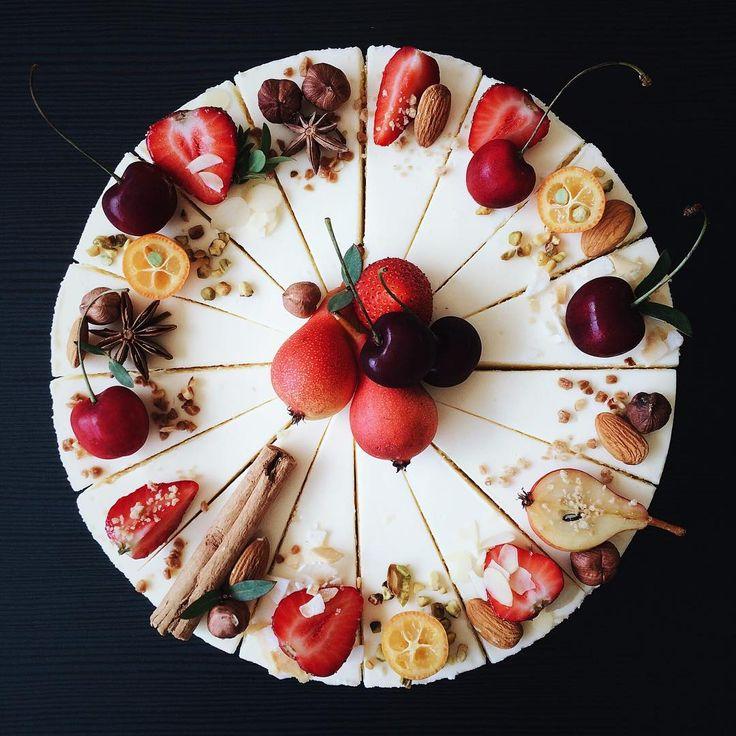 В прошлом году сезон мини-груш так быстро прошёл🙁успели сделать несколько свадебных тортов с ними, а вот порционных чизкейков ещё не было☺️🍐 #кусочковыйчиз