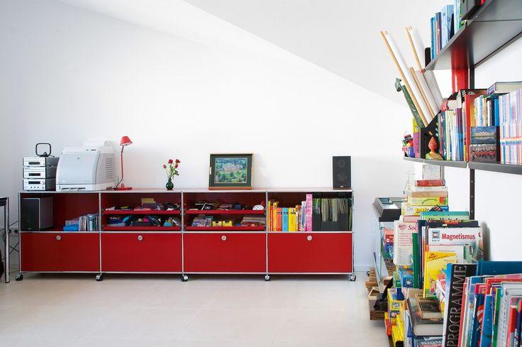 USM Haller - Rangement des jouets, livres, jeux : ce meuble design et fonctionnel diffuse sa touche de couleur gaie dans la chambre d'enfant.
