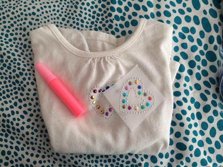 Pipoka Play Kits: ERES UNA FASHIONISTA! DECORA TU CAMISETA. Kit de camisa con elementos decorativos y pegante. Ideales para regalos, sorpresas y actividades creativas y didacticas. Para hacer pedidos, escribenos a pipoka@pipokaplaykits.com