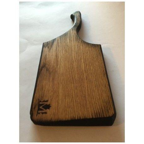 Deska opalana. Idealna do serwowania potraw. Jedyna w swoim rodzaju. Będzie stanowić element wystroju każdego stołu czy kuchni.  Wykonana z jednego kawałka drewna.  Materiał: Drewno dębowe opalane.  Wymiary: 16cm x 39,5cm x 2cm (szer x dł x gr)  Wszystkie deski wykonane są ręcznie i impregnowane naturalnymi olejami.