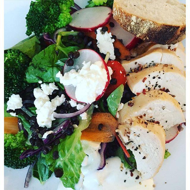 https://www.instagram.com/p/BFUSpIGJ8Wm/ Färgglad kycklingsallad med belugalinser - recept på bloggen #bramat #middag #middagstips #kycklingsallad #sallad #chickensalad #healthyfood #mamaalexandras fetaost kyckling sallad keso