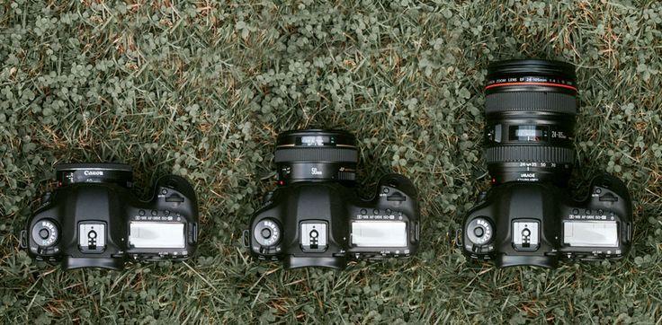 Das Canon 40mm 2.8 Pancake Objektiv im Größenvergleich. Im neuen Blogpost geht es um ein oft unterschätztes Objektiv. Ich habe es mittlerweile bei jedem Shooting dabei. Nach 3 Jahren Benutzung erzähle ich nun, wieso ich es ohne Bedenken weiterempfehlen kann.