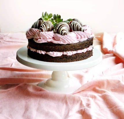 Saftiga chokladbottnar i kombination med krämig strawberry blush-mousse. Gräddtårta när den är som bäst.    Tårtan ger 12 bitar  CHOKLADBOTTEN  55 g kakao (ca 1 dl)210 g vetemjöl...