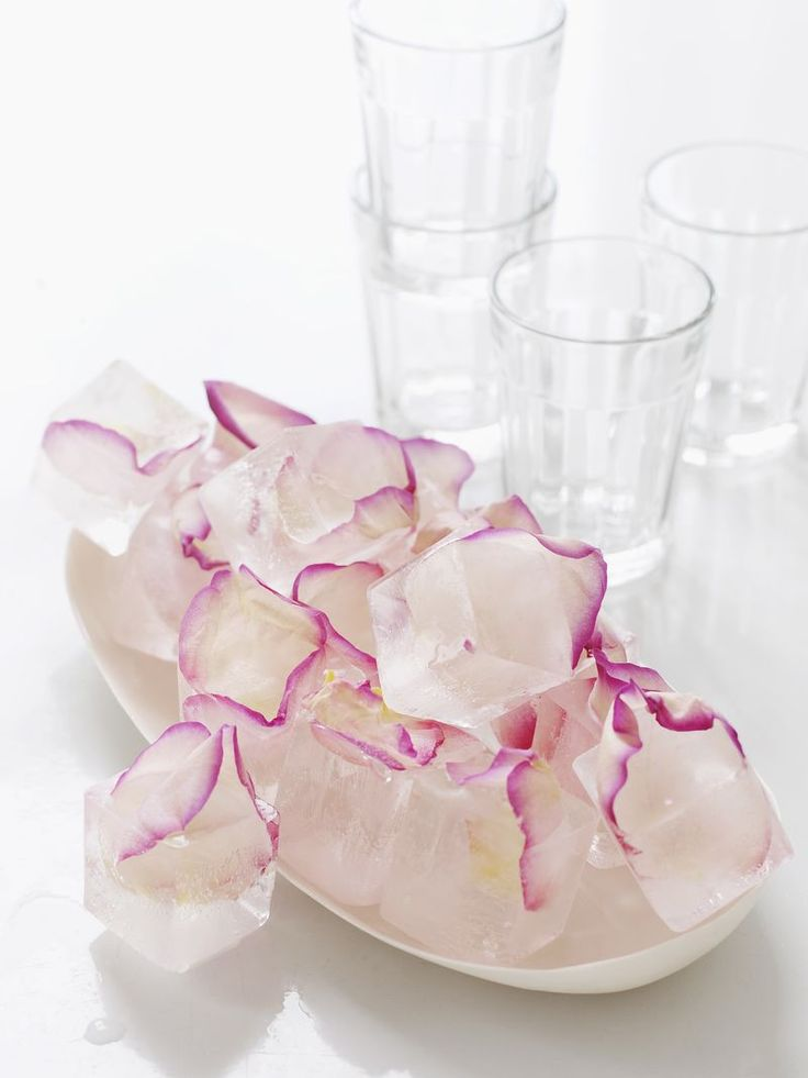 rose petal ice cubes.: Petals Ice, Recipe, Ice Cubes, Food, Parties Ideas, Sweet Paul, Drinks, Rose Petals, Edible Flowers
