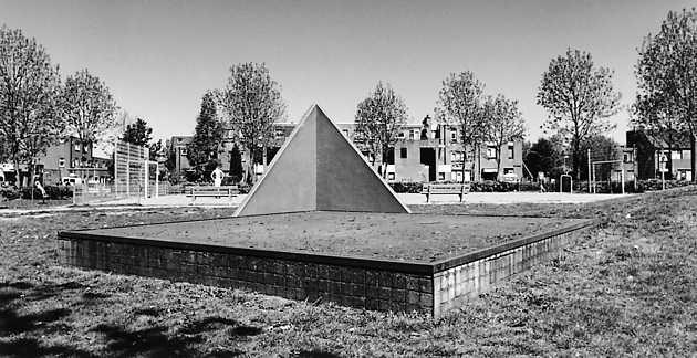 Prosper Verwilligen, zonder titel (1986), Stedenwijk, Almere Stad. © Witho Worms, Museum De Paviljoens