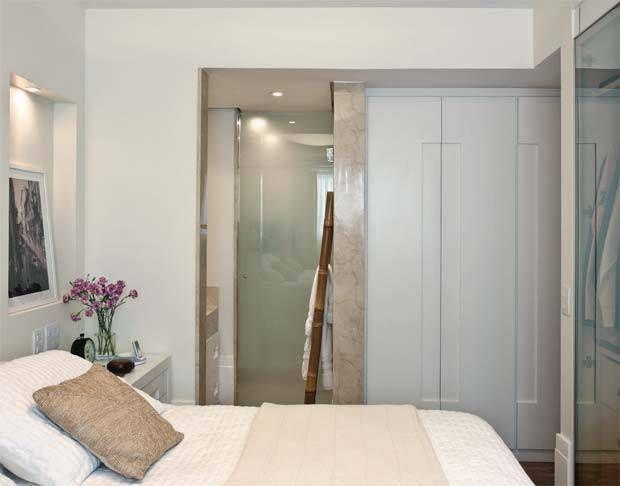 No corredor de saída, de 85 cm de largura, o arquiteto instalou um armário ...