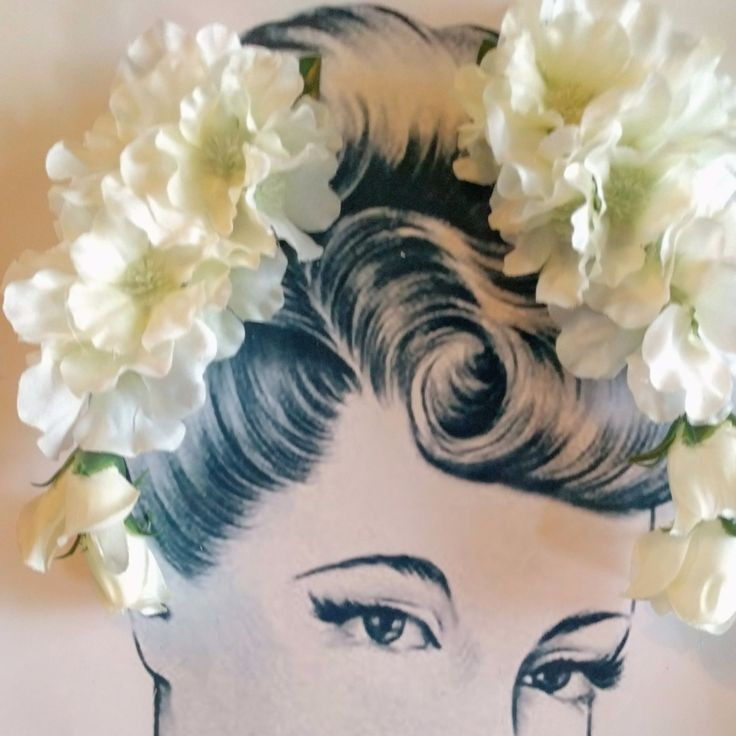 Beautiful pin up girl style white floral cluster clip pair. Perfect for adding a fun vintage inspired look to your outfit. Each one measures approximately 13 x 9 cm.