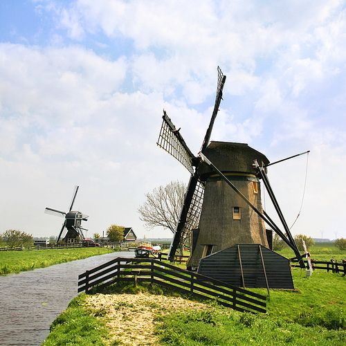 The historic Doeshofmolen and Achthovense windmill in the wetlands of Zuid Holland | por B℮n