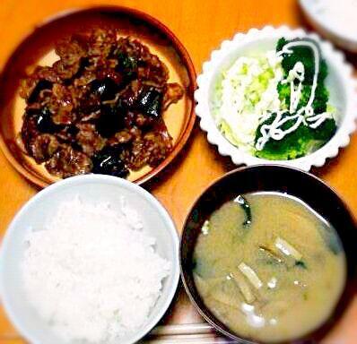 (●´∀`●) - 6件のもぐもぐ - 夕飯。豚肉とピーマン味噌炒め。キャベツとブロッコリーサラダ。根菜+わかめの味噌汁。 by ala18