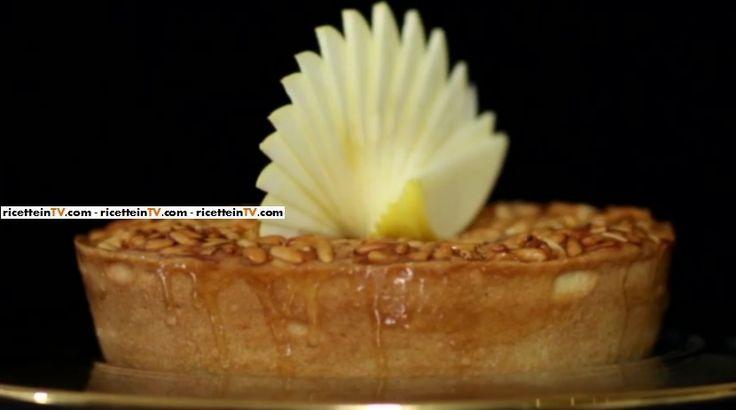 La torta di pinoli del pasticciere Gianluca Aresu, proposta all'interno del programma di Alice Festa in tavola.