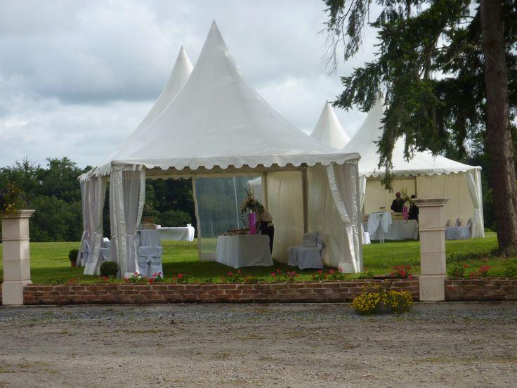Des buffets dressés sous des tentes pagodes pour un cocktail