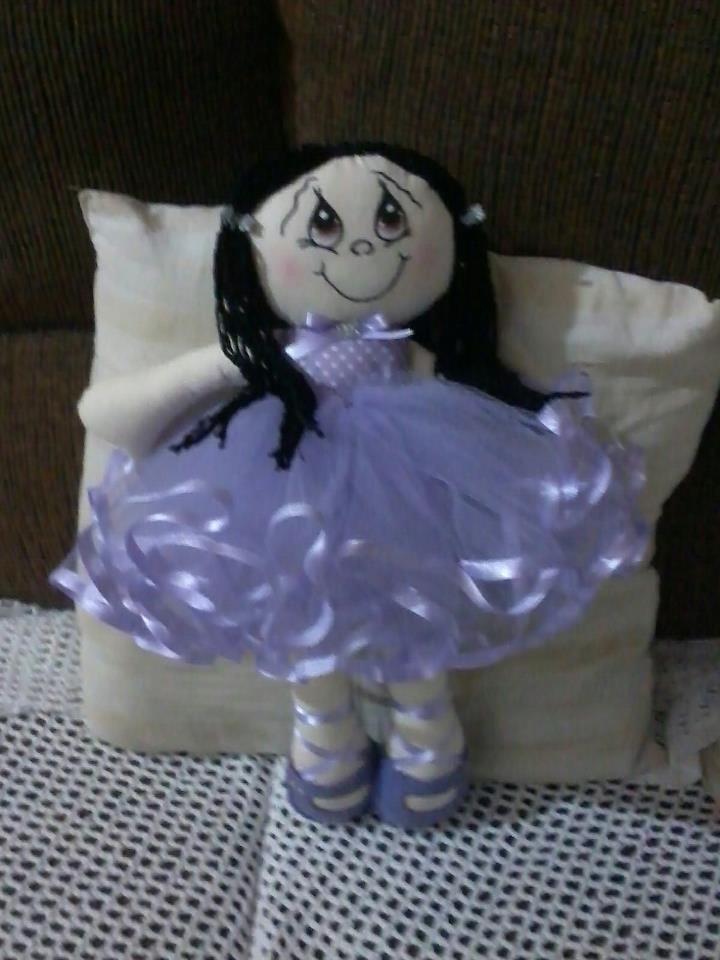 Boneca bailarina, em tecido de algodão, cabelo de lã de boa qualidade, sapatilhas de feltro e fitas de cetim.
