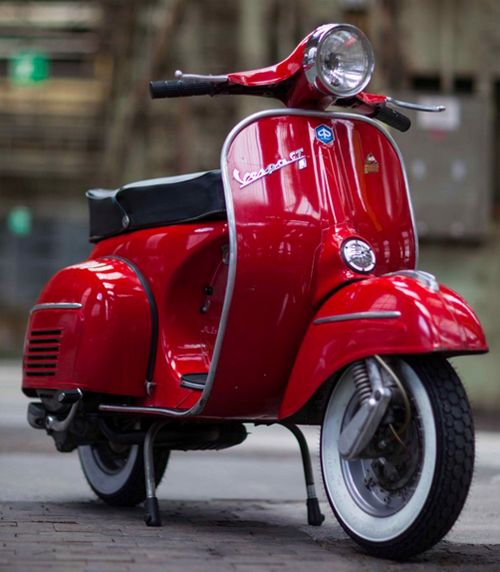 Fotos lackierter Vespas in der Lackierung Rosso Corallo 880. Viele weitere Lackierungen mit Beispielfotos. Welcher Lack passt am besten für deine Vespa?