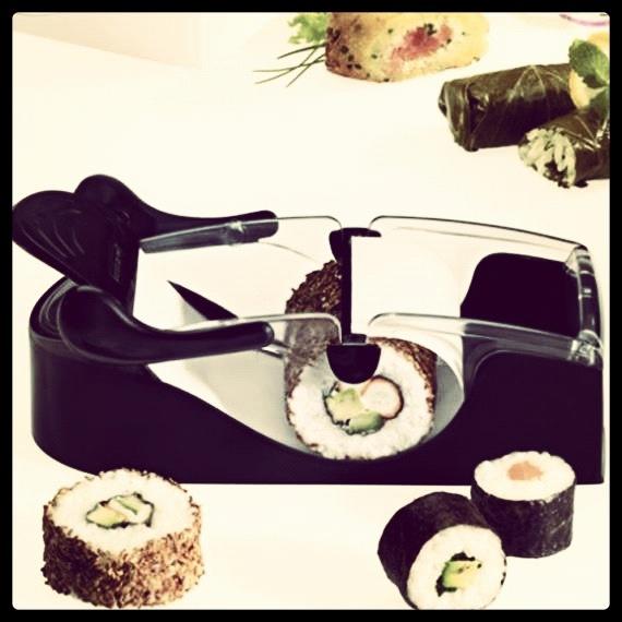 Todos tenemos intentos frustrados de hacer maki roll iguales a los que te sirven en un japo auténtico y aunque los nuestros sean deformes y entrañables, preferimos quedar como el perfecto chef japonés delante de nuestros amigos. Por ello, os presentamos la máquina para hacer makis de Leifheit. ¡Con algo así, eres imparable! http://www.neodalia.com/es/ventas/perfect-roll-sushi