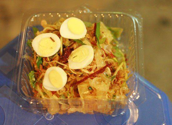 Bánh tráng trộn món khoái  khẩu được ưa chuộng nhất hiện nay http://donghohoangkim.vn/di-dau-an-20-10-ngon-ma-re-.html