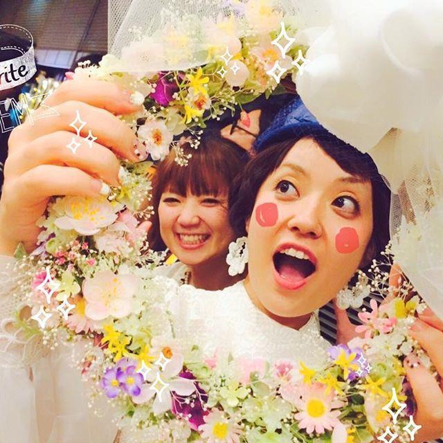 こちらは作ってもらったリースブーケ。もっとこんな風にリースを活用した写真を残せばよかったな〜 #2次会 #リースブーケ#ハンドメイド#作ってもらった#小花がたくさん#親友#セルフネイル#大きなリボン#ウェディングブーケ#結婚式#プレ花嫁#卒花嫁#卒花#wedding#二次会#ウェディングドレス#ヴィンテージドレス#アンティークドレス#ヘッドドレス#ヘッドアクセ#ドーナツタワー#ちーむ1001#アルファベットバルーン#パーティバルーン#ウェディングレポ