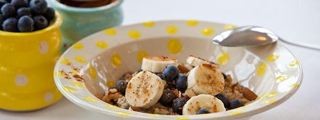 Denne morgengrød giver dig en afbalanceret og glad mave. Du kan bruge havregryn, speltflager, risflager, bygflager, boghvedeflager, hirseflager, quinoaflager, grove majsgryn og rugflager. Og du kan bruge alle hele kerner. Forsøg dig lidt frem og vælg det, der smager dig bedst.