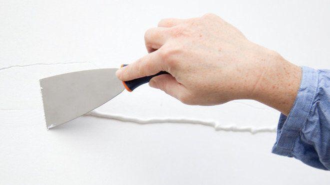 Reboucher une fissure sur un mur //  Aussi disgracieuses qu'inquiétantes, les fissures sur un mur ou un plafond sont une menace au bien-être de nos intérieurs. Suivez notre pas à pas illustré en 6 étapes pour en finir avec les lézardes.