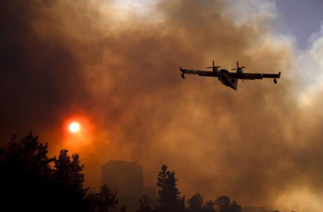 "Api terus menjalar pemadam kebakaran ""Israel"" mengaku kewalahan  PALESTINA (Arrahmah.com) - Kebakaran hutan di ""Israel"" dikabarkan masih belum dapat dipadamkan. Kebakaran hebat yang terus meluas ini telah menyebabkan banyak orang di ""Israel"" terluka tiga diantaranya mengalami luka serius lansir Al-Bawaba.  Pihak berwenang pada Sabtu (26/11/2016) menyatakan bahwa tiga orang tersebut menderita luka berat saat api melahap bangunan di pemukiman Yahudi di Tepi Barat.  Radio ""Israel"" melaporkan…"