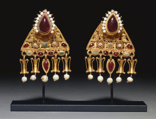 A PAIR OF ROMAN GOLD, PEARL AND GLASS EARRINGS CIRCA 2ND-3RD CENTURY A.D.