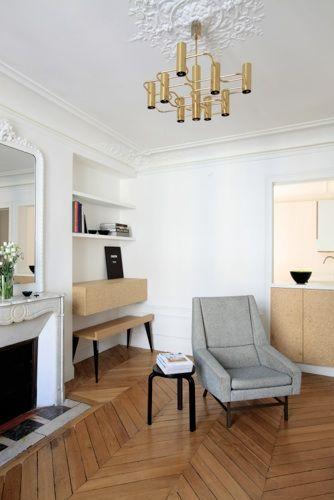 Contraste assumé entre un appartement haussmanien typiquement parisien et les aménagements en agglo / Archi : ATELIER PREMIER ETAGE