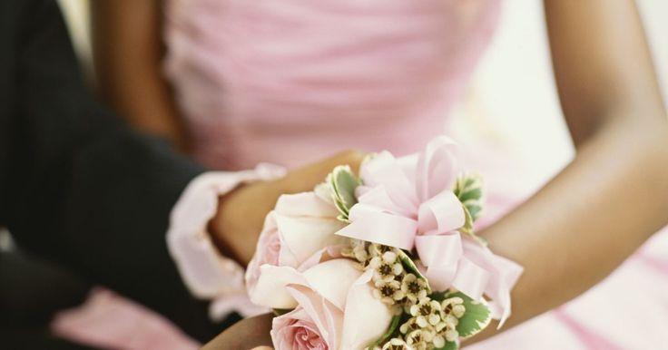 Cómo elaborar un ramillete de flores para la muñeca en 10 minutos. Los ramilletes de flores para la muñeca (corsages) son pequeños arreglos florales que se usan en la muñeca de la mujer. Estos ramilletes se llevan durante ocasiones especiales como una boda, un baile o una fiesta. Cada ramillete lleva un listón o lazo elástico que se coloca por encima de la mano y se sujeta en la muñeca. Los ramilletes para muñeca ...