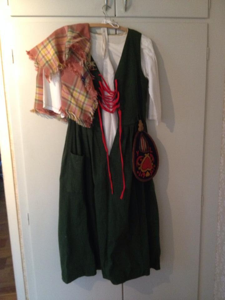 Näsåkersdräkt med sjal och väska.