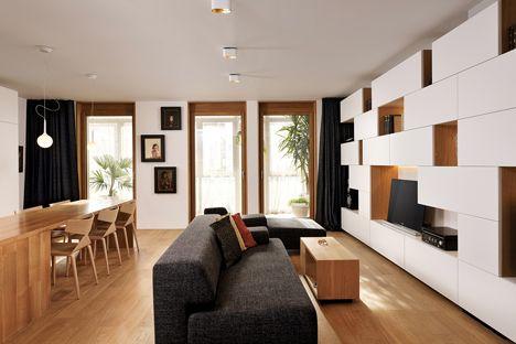 Estudio 360 añade paredes de estanterías y almacenamiento modular para apartamento esloveno