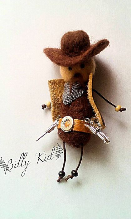Купить или заказать Брошь войлочная, брошка ковбой 'Малыш Билли' в интернет-магазине на Ярмарке Мастеров. Брошь ковбой 'Маленький Билли'. Крутой парень я вам скажу, с пистолетами и в ковбойской шляпе, все по взрослому. Брошь выполнена в смешанной технике сухого и мокрого валяния. Глазки стеклянные, ручки и ножки - деревянные бусины. Рост 7см. Станет прекрасным подарком для мальчика.