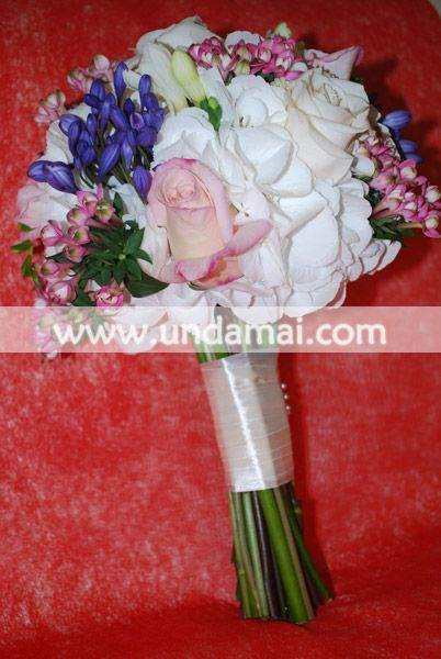 Buchet de mireasa din hortensie alba, trandafiri roz si bouvardia roz