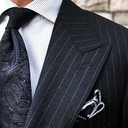 Светло-серые полоски на темно-серой ткани