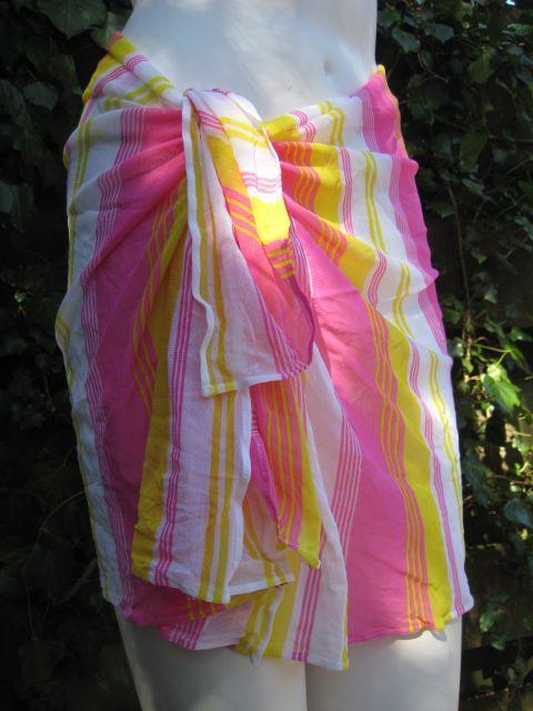 Pareo Giler by La Perla Studio. Pareo is uitgevoerd in frisse roze en gele strepen. Winkelprijs 89,- Nu bij Outlet Lingerie voor 19,50