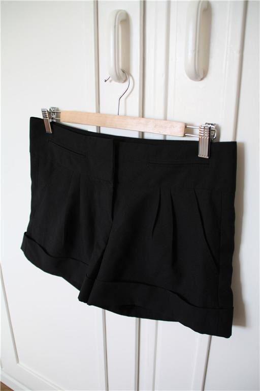 Svarta finshorts med fickor kostym knappar plisserad shorts på Tradera.