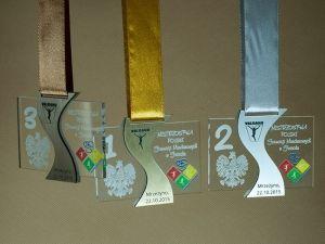 Unikatowe medale sportowe w oryginalnym kształcie. Wykonane z pleksi przezroczystej i kolorowej, z wklejką z laminatu grawerskiego.