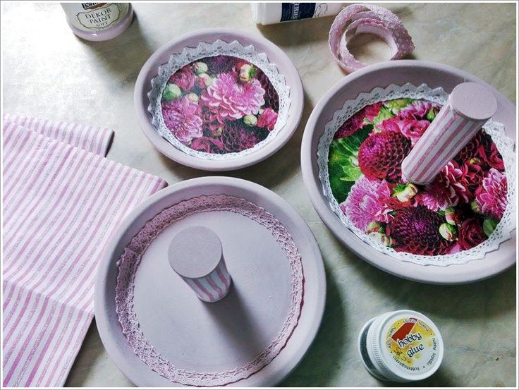 Nézd meg, hogyan készítettem cserépalátétekből süteményes kínálót: https://eljokosabban.hu/kapraztasd-el-vendegeidet-sajat-keszitesu-sutemenyes-kinaloddal/