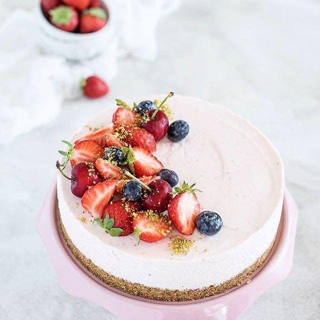 Il modo migliore per ringraziare un amica @angela_infabrogna e' prepararle una deliziosa cheesecake alle fragole e pistacchio. Prossimamente la ricetta !! Buon fine settimana!! #cheesecake #strawberrycheesecake #cheesecakeallefragole #pistacchio #fragole #fraise #tarteauxfraises #tortafredda #delish #foodporn #instacheesecake #onthetable #tentarnoncuoce #bonappetit