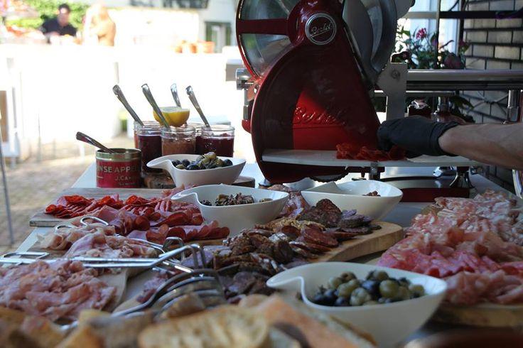 Heerlijke hammen en worsten vers gesneden van de authentieke Berkel - Charcuterie bar - Moed Events