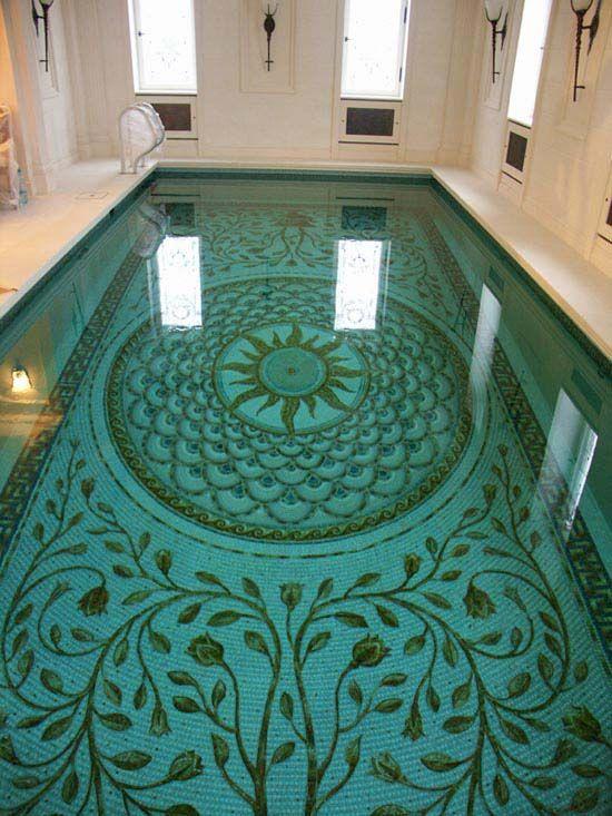 Скиммерный бассейн. Мозаичный декор в римском стиле выполнен студией Артмонумент