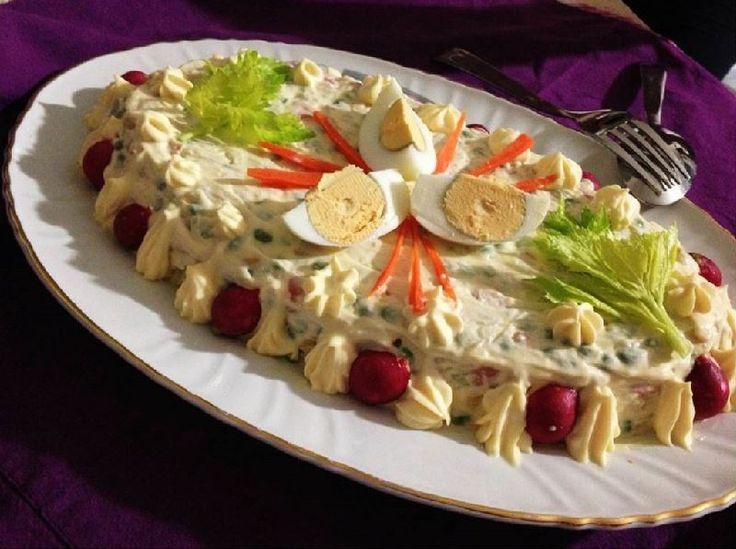 L'insalata russa è nata a Mosca per mano di uno chef francese di nome Lucien Olivier. La versione originale prevedeva l'utilizzo anche di aragosta, tartufo, lingua e caviale per decorare.  Oggi si è soliti preparare l'insalata russa in occasione delle festività natalizie, e come tut
