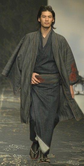 """Los kimonos llegan hasta las partes bajas del cuerpo, con cuellos escote en """"tita"""" y amplias mangas. Hay varios tipos de kimonos usados por hombres, mujeres y niños. El corte, el color, la tela y las decoraciones varían de acuerdo al sexo, la edad, el estado marital, la época del año y la ocasión. El kimono se viste cubriendo el cuerpo en forma envolvente y sujetado con una faja ancha llamada obi"""