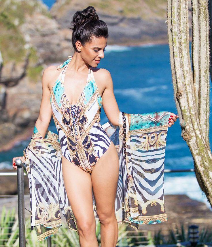 Impossível não amar a estampa sofisticada que aparece no maiô e saída de praia Carmen Steffens    A combinação de animal print e arabescos é a cara do verão, além do mais, o decote do maiô com amarração é um charme.    ☀