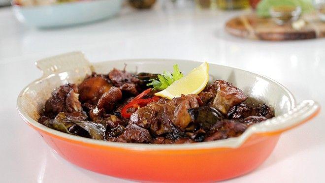 Zoals Alleen Oma Dat Kan | kleine stukjes. Pel en snijd de knoflook fijn. Verwarm olie in een hapjespan en fruit de rode pepers en knoflook in circa 3 minuten. Meng de daun djeroek...