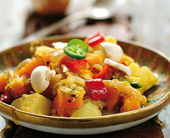 <b>Curry de legumbres</b><br> <b>Ingredientes (para 4):</b> <i>2 zanahorias; 1 papa mediana; 1 calabaza mediana; 2 cdas. de aceite; 2 cebollas medianas picadas; 1 pera en tajadas; 1 ají morrón en cuadrados de 2 cm; 200 g de champignones; 3 cdas. de polvo de almendras. Para la mezcla de curry: 1 cdta. de cardamomo molido; 1/2 cdta. de clavo de olor molido; 1 y 1/2 cdta. de comino en grano; 1 cdta. de coriandro; 1 cda. de cúrcuma; 1 cda. de granos de mostaza marrones; 1/2 cdta. de pimiento…
